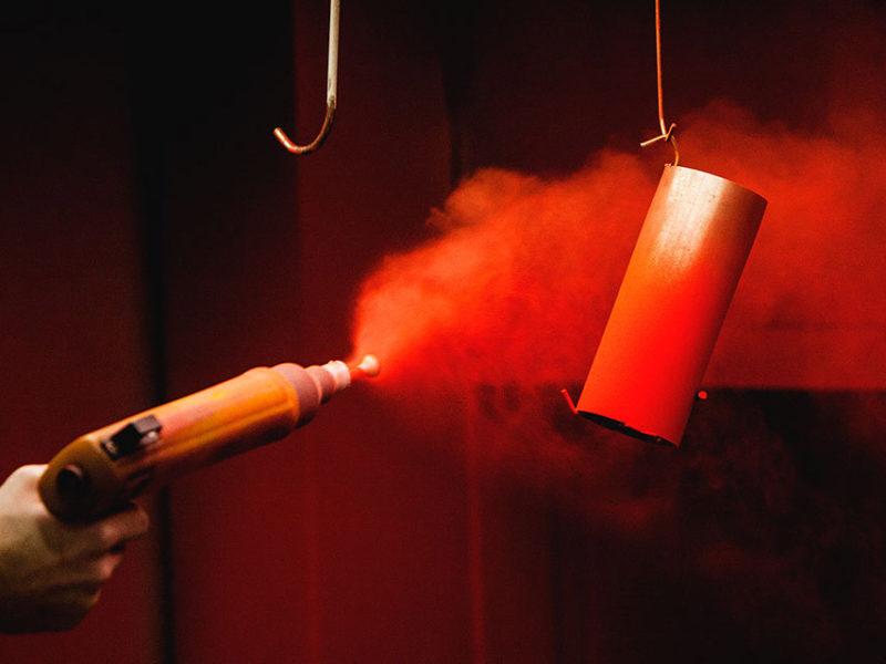 Röd termoplast som sprejas